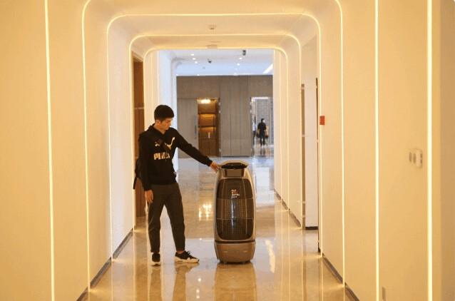 En China los bellboys han sido reemplazados por robots parlantes
