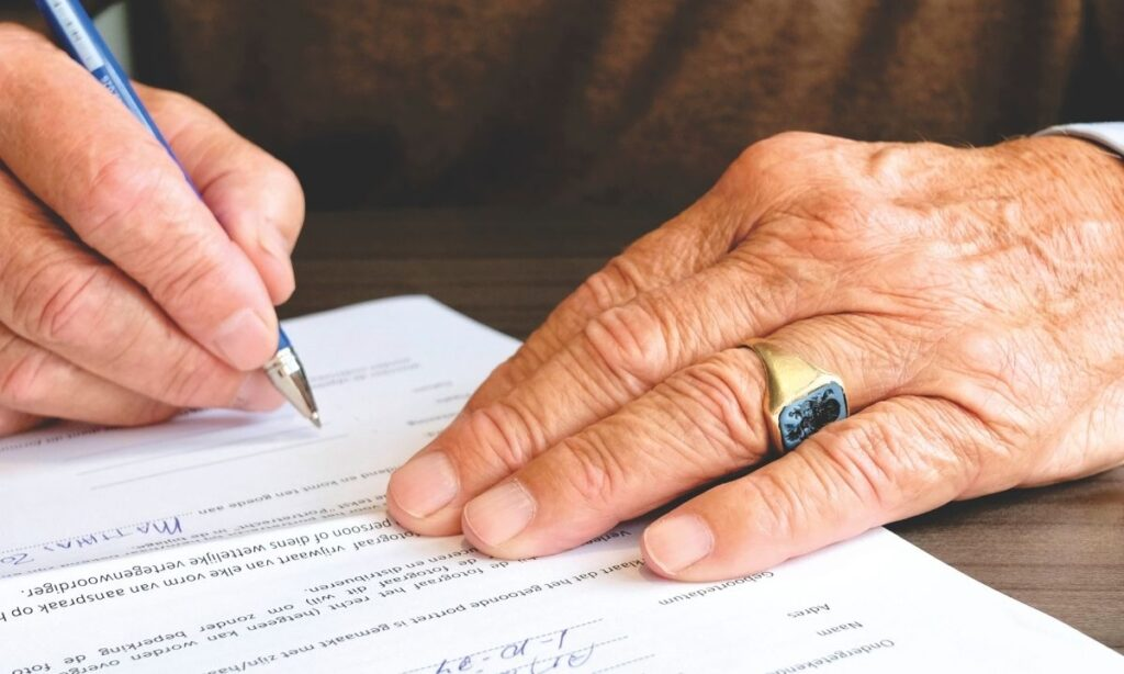 Castigar Sofomes abusivas contra adultos mayores