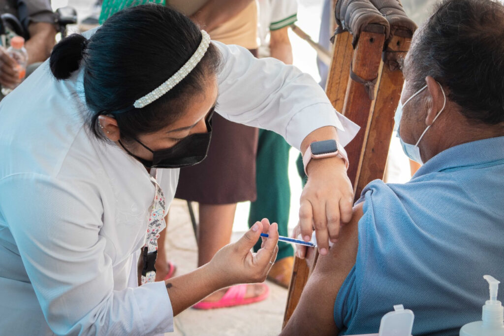 Continúa la aplicación de vacunas al personal de salud de primera línea y personas mayores de 60 años