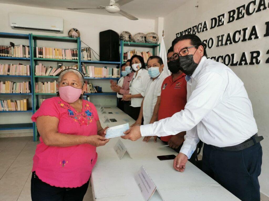 """Entregan becas escolares """"un paso hacia lo grande"""" en Puerto Morelos"""